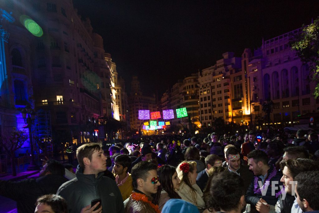 Ambiente de Nochevieja en la plaza del Ayuntamiento de Valencia. Foto de Manolo Guallart.