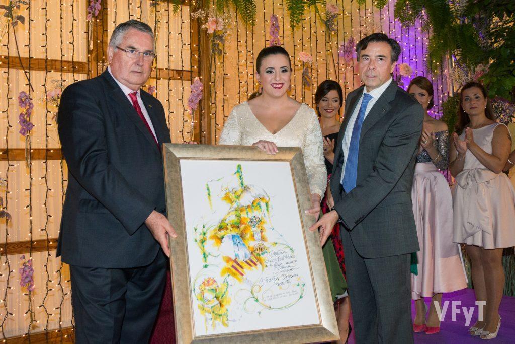 Vicent Navarro (presidente dels Jocs Florals) entrega -junto a Enric Esteve (presidente de Lo Rat Penat)- el nombramiento como Regina a Noelia Durbán.