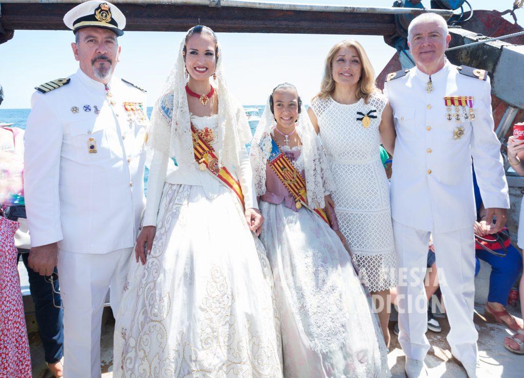 En el Puerto de Valencia, en un barco pesquero durante la festividad de la Virgen del Carmen. La acompañan las Falleras Mayores de Valencia con autoridades de la Comandancia de Marina.