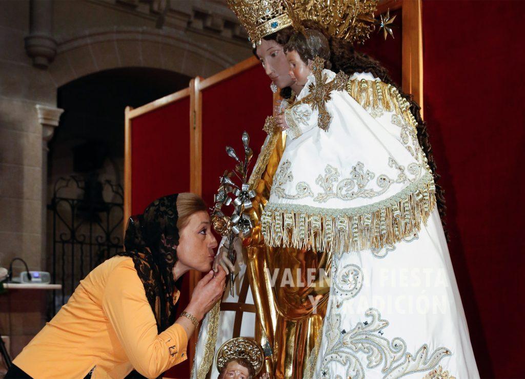 Besando la mano de la imagen de la Virgen de los Desamparados en la capilla de la Escolanía.