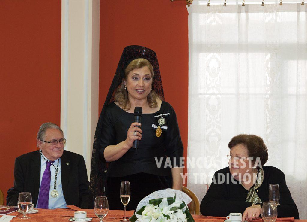 Acompañada por Emilio Lisart (en su último acto como presidente del Altar de La Cañada) y su esposa Amparo Reyes (HC del año 2000).