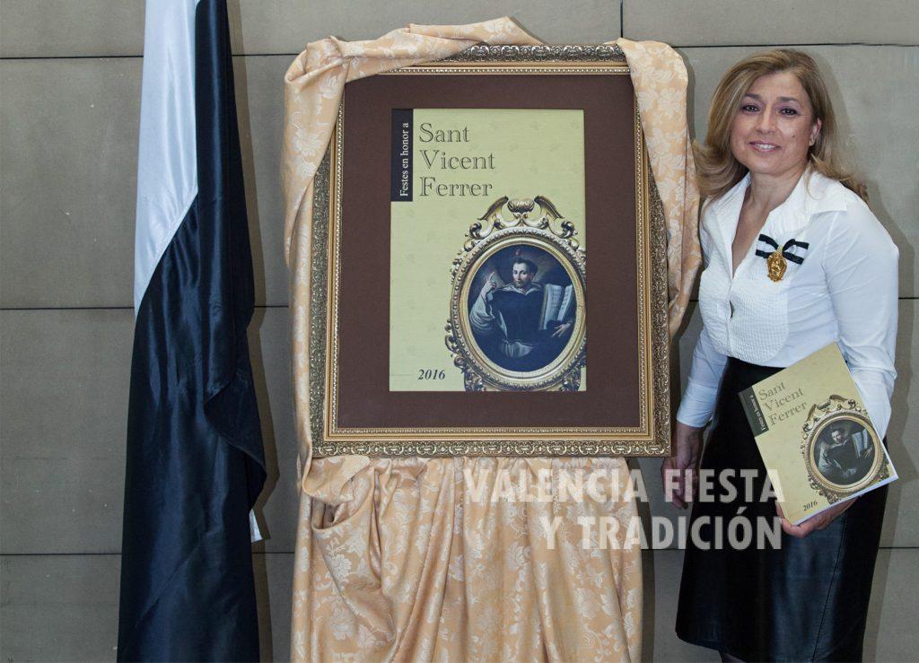 Con el Libro Oficial de la Junta Central Vicentina para el año 2016.
