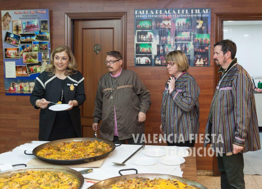 Haciendo de jurado en el concurso de paellas del Altar del Pilar.