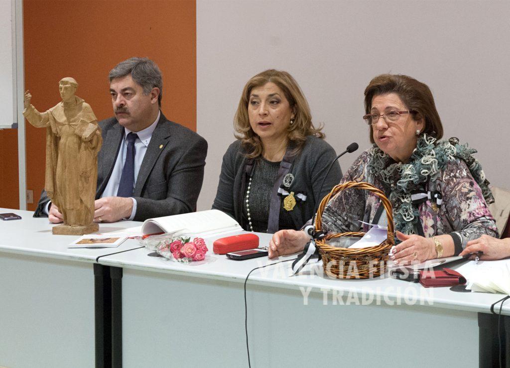 Presidiendo -junto a la presidenta de la Asociación de Damas, Conchita Chofré- el concurso infantil sobre la Vida de San Vicente Ferrer.