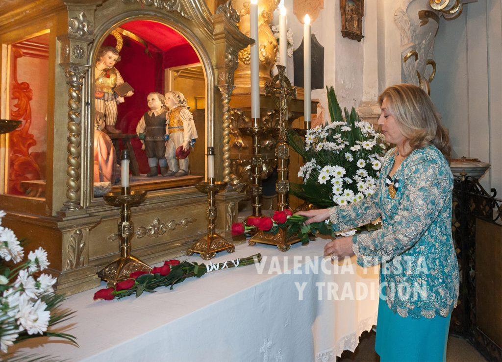 La ofrenda floral a San Vicente Ferrer en el Pregón vicentino celebrado en la parroquia de los Santos Juanes.