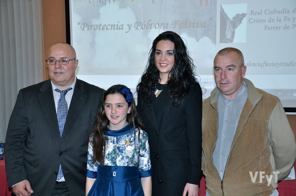 Manolo Guallart, acompañado por las Falleras Mayores de Paterna y el vicepresidente 1º de la Junta Local. Foto de Vicente Almenar.