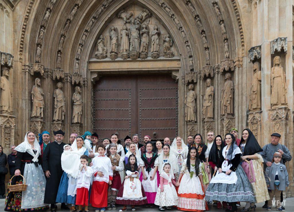 """Grupo de la falla """"Tio Pep"""" en la Puerta de los Apóstoles de la Catedral de Valencia. Foto de Manolo Guallart."""