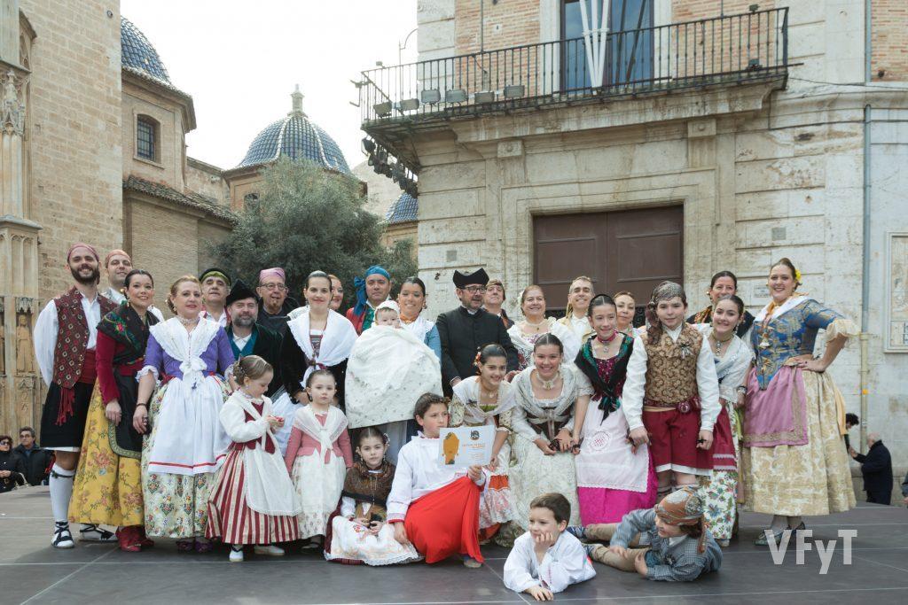 """Miembros de la Falla """"Tio Pep"""" de la Plaza de la Reina, Paz y San Vicente, celebrando el """"Bateig de Guillem"""" con bailes tradicionales en la plaza de la Virgen."""