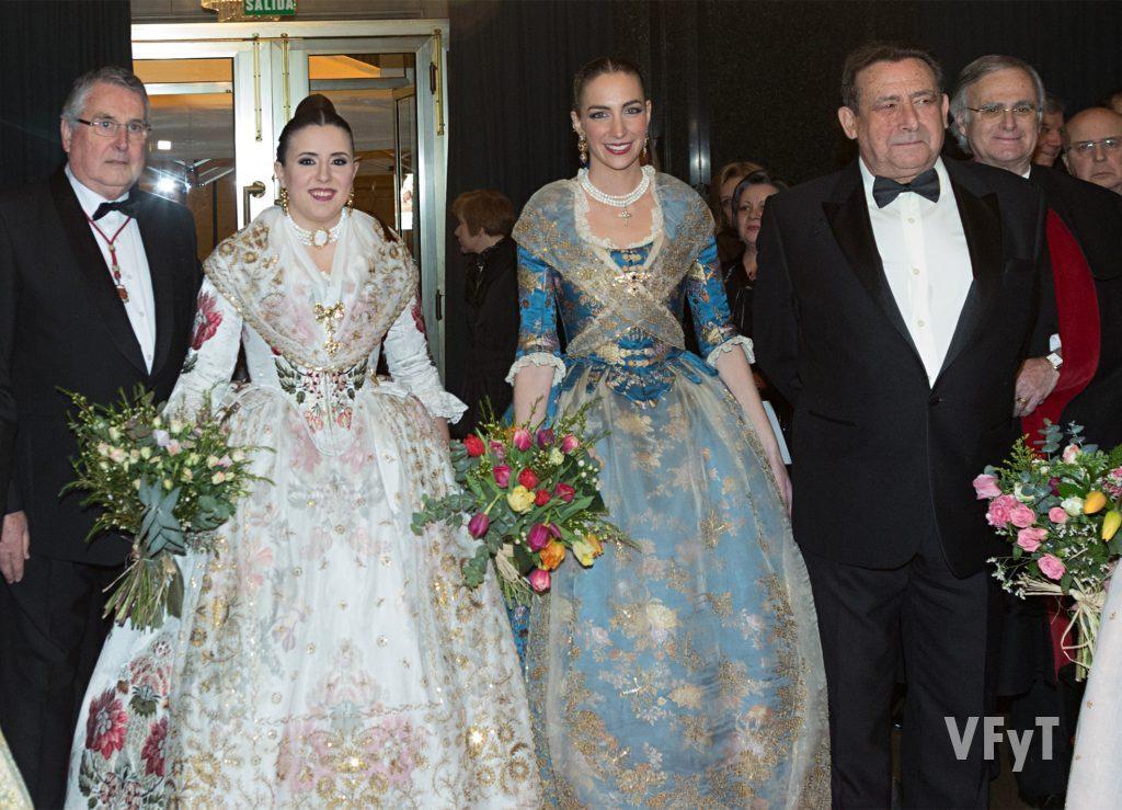 Enric Esteve, Noelia Durbán, Raquel Alario y Alfonso Ussía en el inicio del acto. Foto Manolo Guallart.