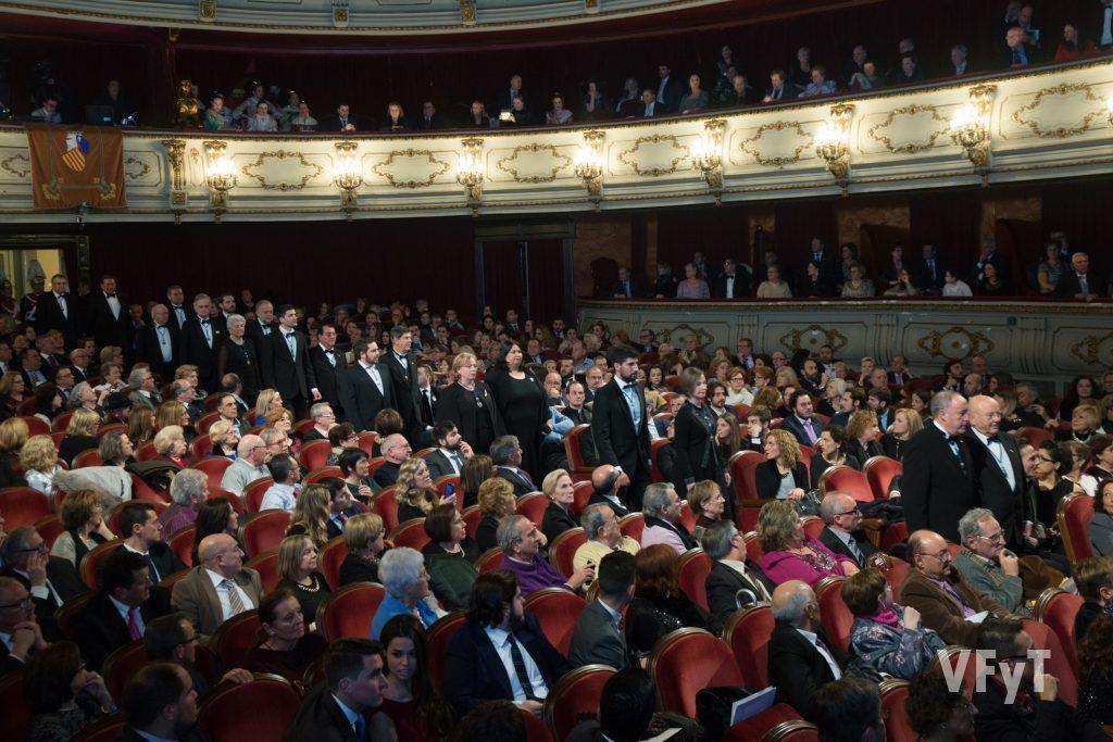 La Junta de Gobierno de Lo Rat Penat entrando en el Teatro Prinicipal. Foto de Manolo Guallart.