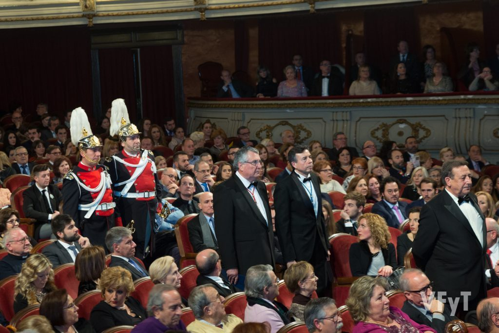 El mantendedor Alfonso Ussía (dcha.), acompañado por Enric Esteve -presidente de Lo Rat Penat- y de Vicent Navarro -presidente del Jocs Florals. Foto de Manolo Guallart.