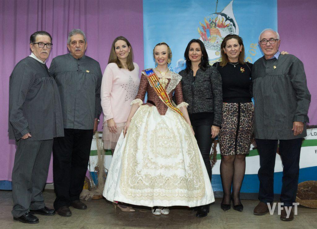 Estuvieron presentes en el acto tres Falleras Mayores de Valencia, que posan con los premiados y el presidente y Fallera Mayor de la Falla Barraca-Columbretes.
