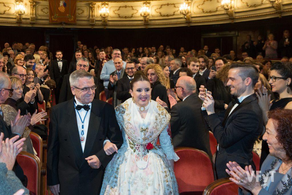 Emotiva entrada de Noelia Durbán junto al poeta Joan Antonio Alapont. Foto de Manolo Guallart.