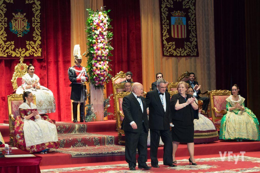 El poeta Joan Antoni Alapont (centro), con Donís Martín y Ampar Cabrera, tras ser distinguido como Mestre del Gay Saber. Foto de Manolo Guallart.