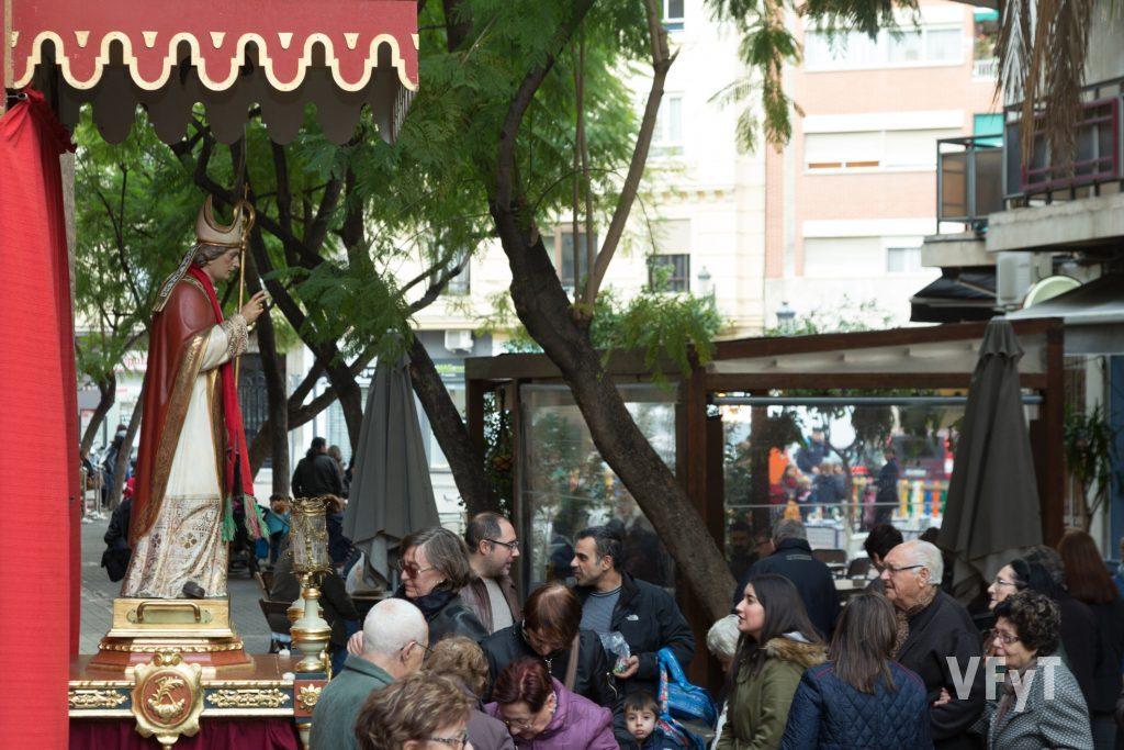 Colas para venerar a San Blas en Ruzafa. Foto de Manolo Guallart.