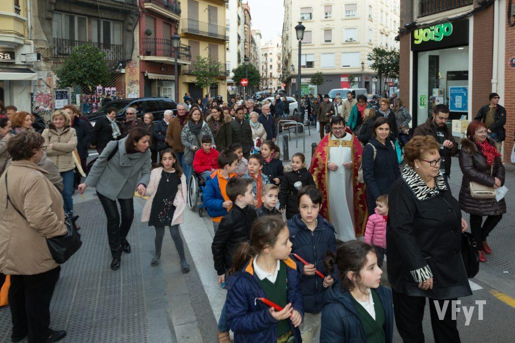 Niños siguiendo en procesión la imagen de San Blas. Foto de Manolo Guallart.