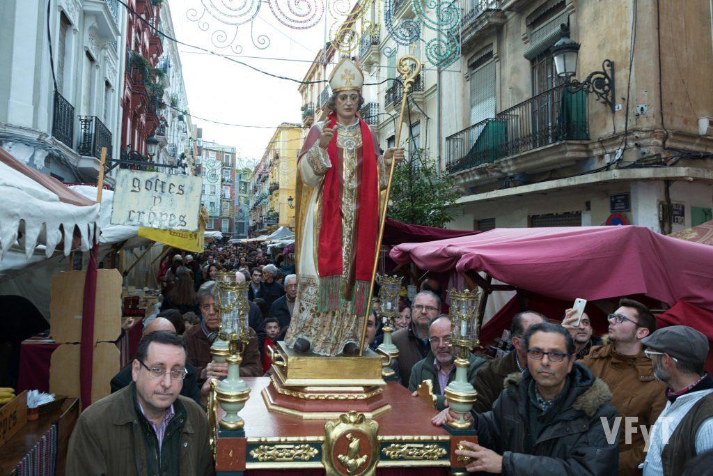 La procesión de San Blas entre el mercadillo ambulante de Ruzafa. Foto de Manolo Guallart.