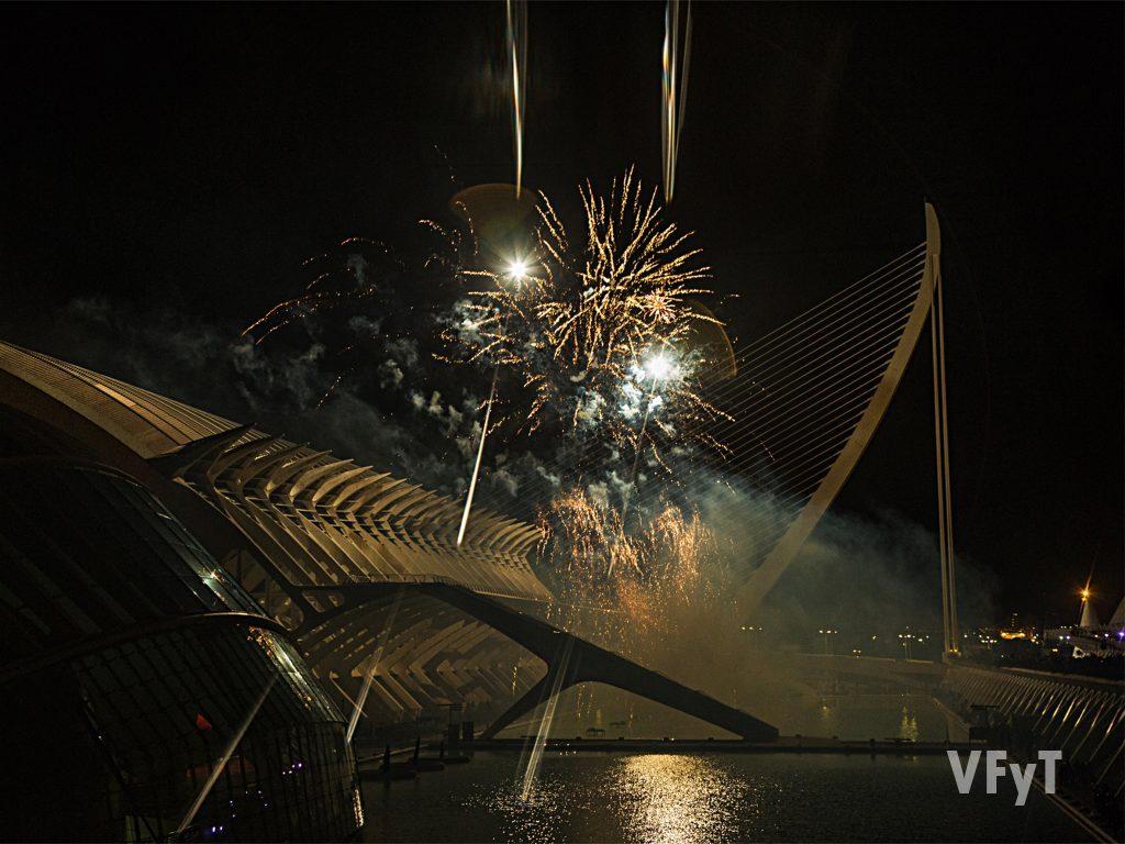 Pirotecnia sobre la Ciudad de las Artes y las Ciencias en la inauguración de la Exposición del Ninot. Foto de Manolo Guallart.