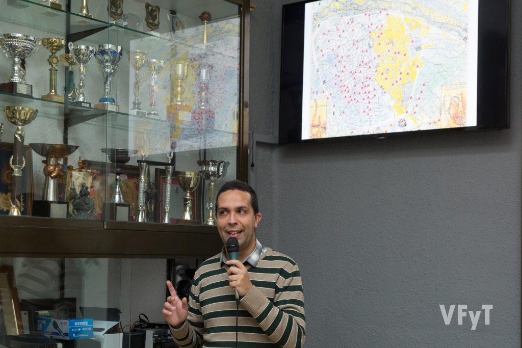 Javier Mozas explica en un mapa las comisiones falleras existentes en un periodo.