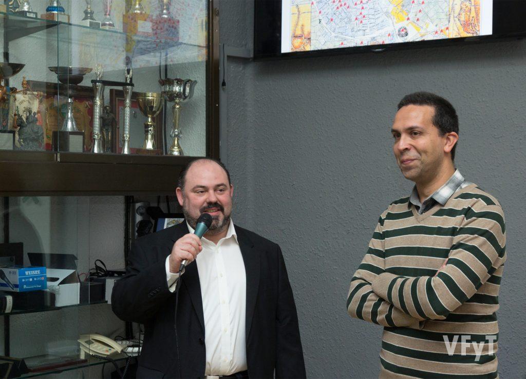 Óscar García, presidente de la falla Lleons-Poeta Mas i Ros presentando a Javier Mozas.
