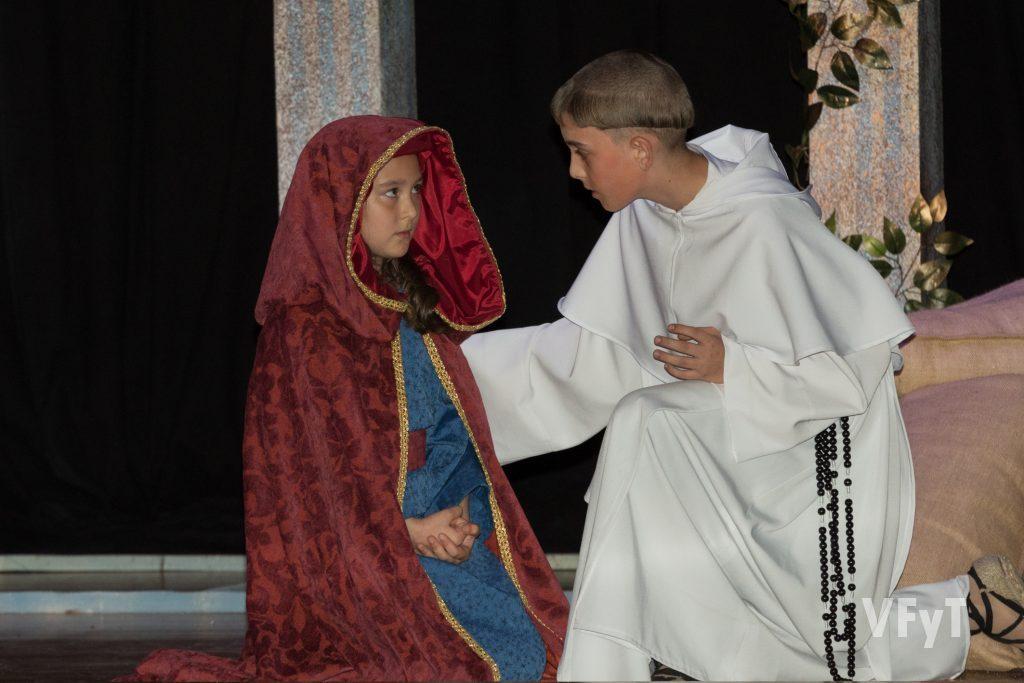 Ángel Canales como San Vicente joven (en la escena con su madre). Foto de Manolo Guallart.