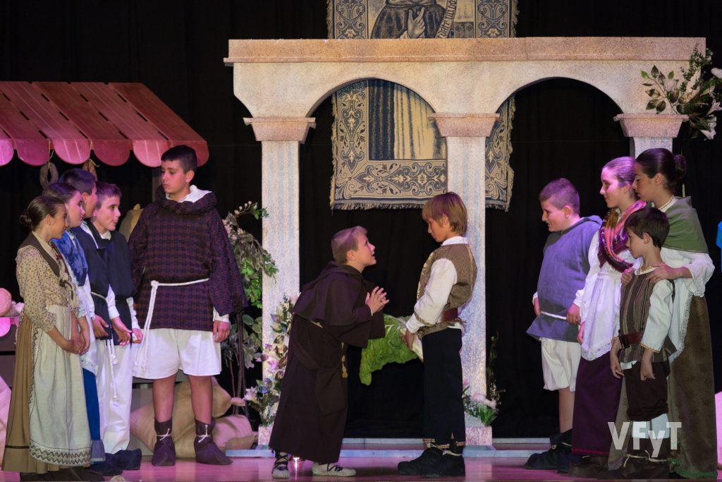 En el centro de la imagen, el pequeño Adrián en el papel de Motiló. Foto de Manolo Guallart.