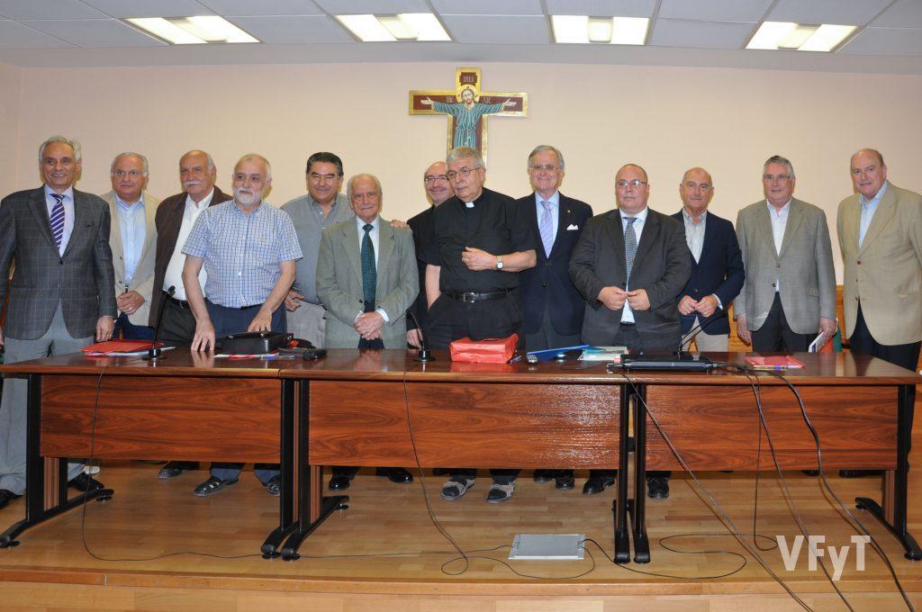 Personas relevantes de las fiestas y tradiciones valencianas, así como varios representantes municipales, acompañan a Manolo Guallart en la clausura del coloquio.