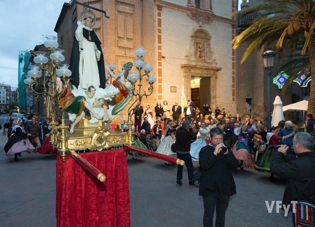 Llegada de la imagen del Altar de Russafa a la parroquia de San Valero, recibida por grupo de danzas de la asociación.