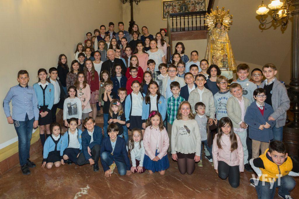 El encuentro de los niños vicentinos con el arzobispo de Valencia, cardenal Antonio Cañizares, en el Palacio Arzobispal.