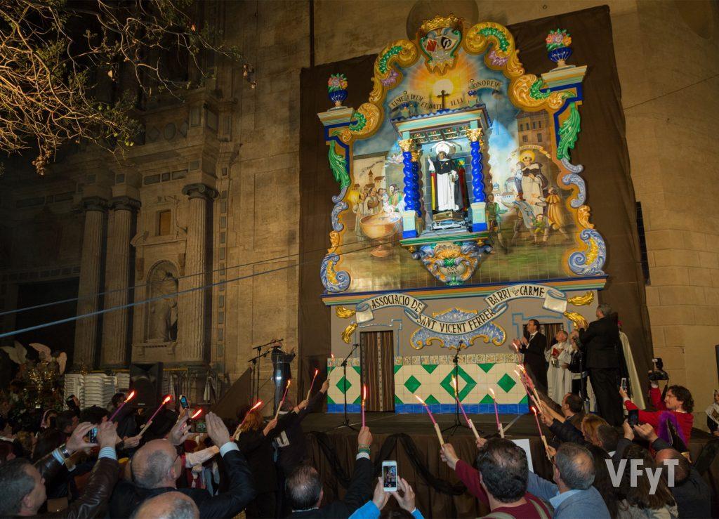 La subida del santo en el nuevo altar de la asociación San Vicente Ferrer del Carmen.