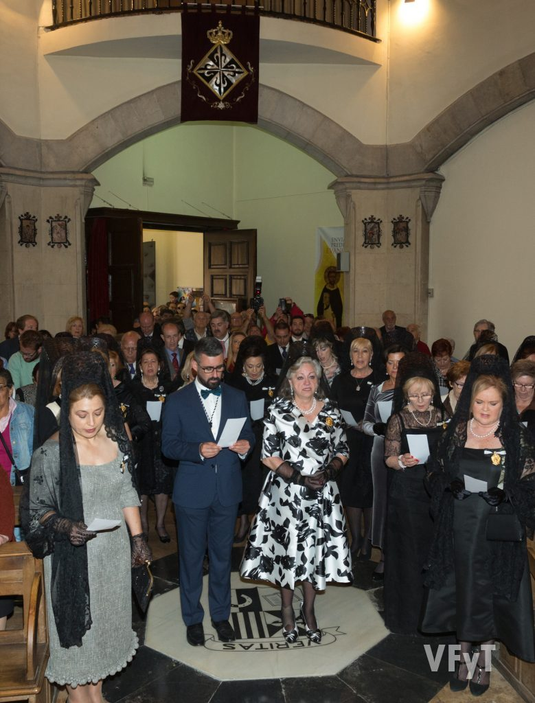 Oración a San Vicente Ferrer en la capilla de la Casa Natalicia tras la Ofrenda. En el centro de la imagen, Pere Fuset (concejal de Cultura Festiva y presidente de la Junta Central Vicentina).