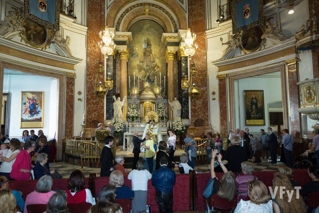 Besamano popular a la Virgen de los Desamprados en la Basílica. Foto de Manolo Guallart.
