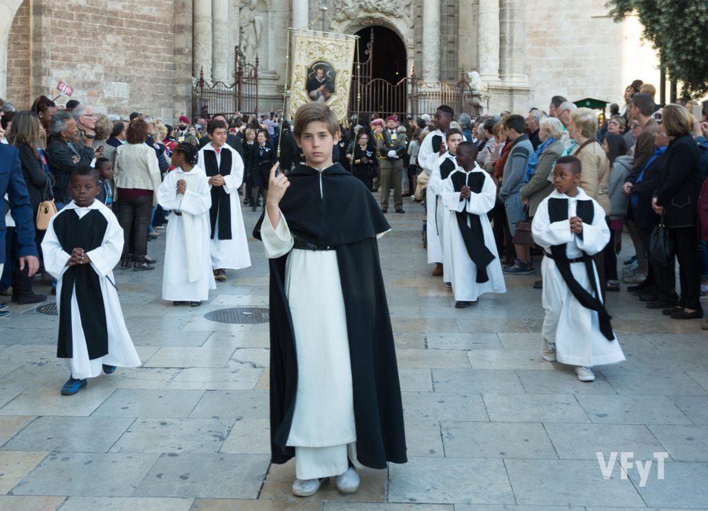 El niño que encarna a San Vicente Ferrer en el Altar del Mar, durante la solemne procesión acompañado por niños del Colegio Imperial de Huérfanos.
