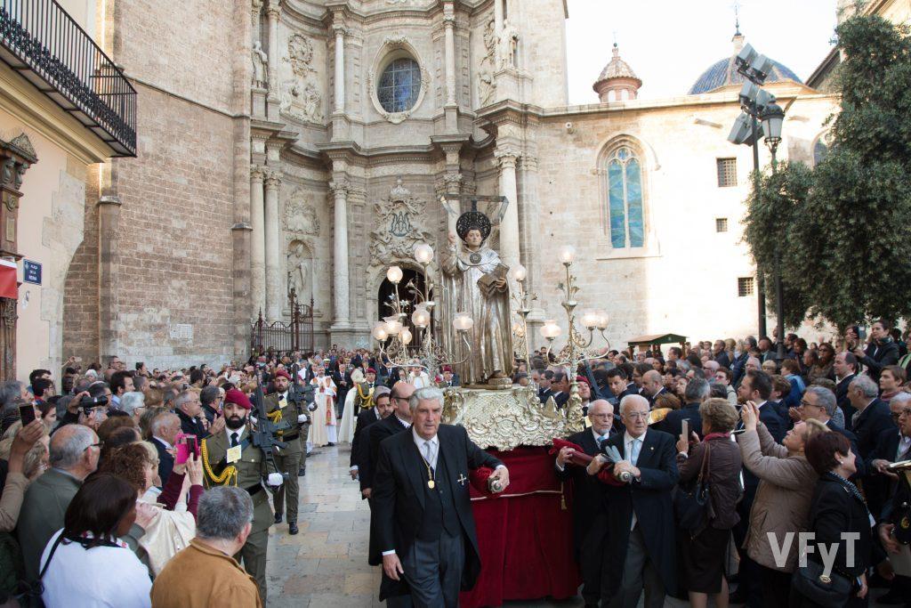 La imagen de San Vicente Ferrer es portada por los Caballeros Jurados en la procesión vespertina.