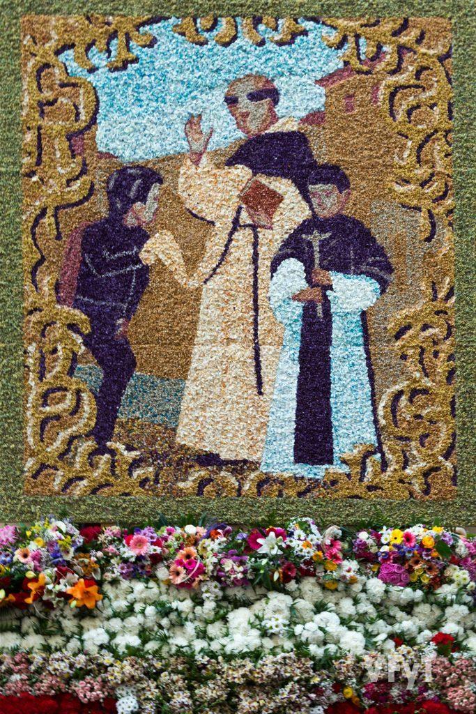 El tapiz de Miguel Galbis en la fachada principal de la Casa Natalicia de San Vicente Ferrer.
