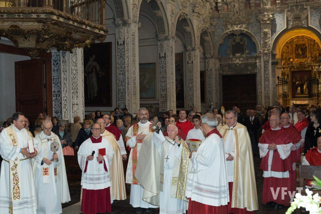 La tercera estación de la solemne procesión de San Vicente Ferrer tiene lugar en la parroquia de San Esteban, donde se haya la pila bautismal del santo.