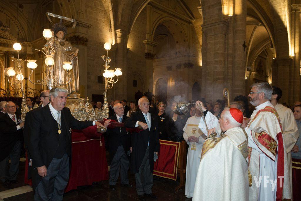 Incienso y devoción tras la procesión de San Vicente Ferrer presidida por el arzobispo de Valencia, cardenal Antonio Cañizares.