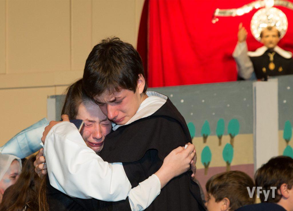 La despedida como 'niños del milagro' de los hermanos mellizos Carla y Álex tras la última representación en el Altar del Pilar.