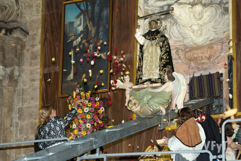 La Bajada de San Vicente Ferrer del Mercat. En primer plano, la Clavariesa Mayor, Asunción Garrigues, lanza pétalos en homenaje al santo.
