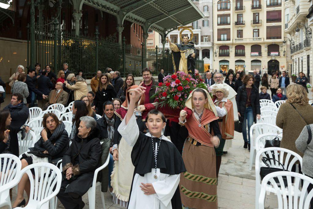 Lllegada de la imagen de San Vicente Ferrer al Mercado de Colón para la subida al altar de la asociación.