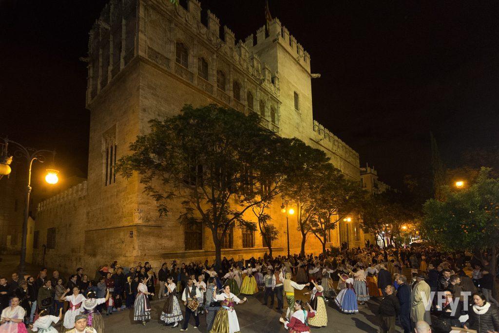 La multitudinaria 'Dansà' origanizada por el altar vicento del Mocadoret, que este año ha concluído en el espacio entre la parroquia de los Santos Juanes y la histórica Lonja.