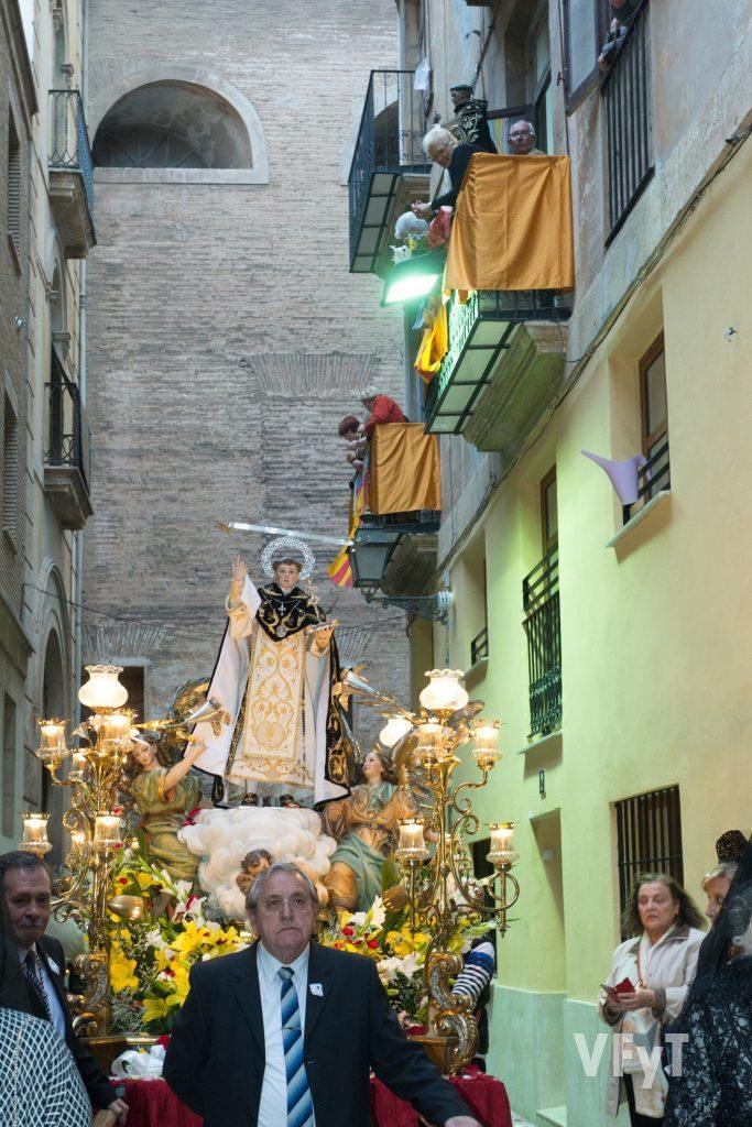 Tradicional encuentro entre la imagen de San Vicente Ferrer del Mocadoret en procesión con el 'Negret', San Vicente Ferrer del Mercat al paso por la sede de éste.