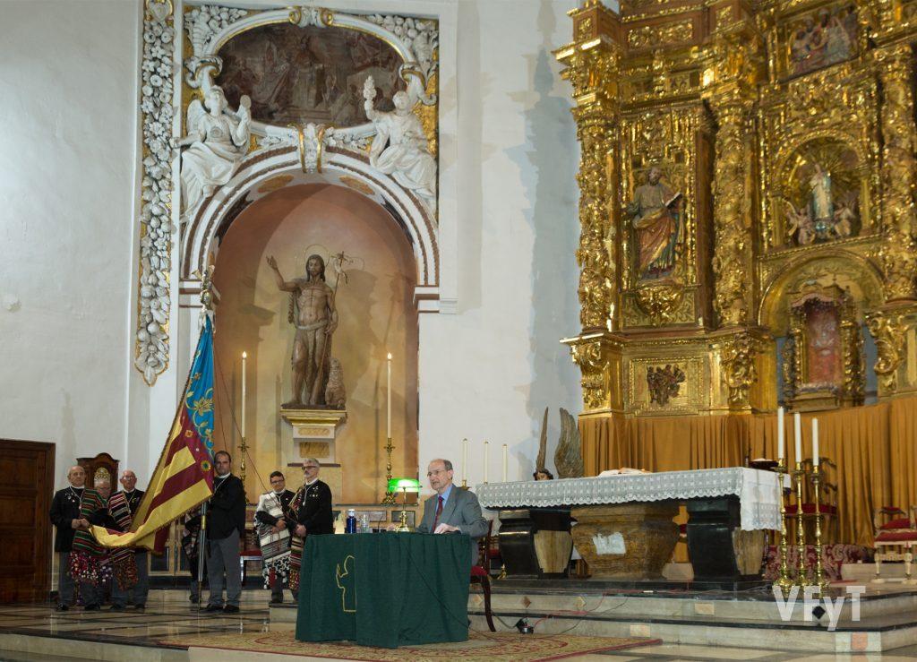 El Pregón de las Fiestas Vicentinas, organizado por el Alatr del Mercat. Francisco Borrás, en el altar mayor de la parroquia de los Santos Juanes anuncia las celebraciones ante la Real Senyera del altar.