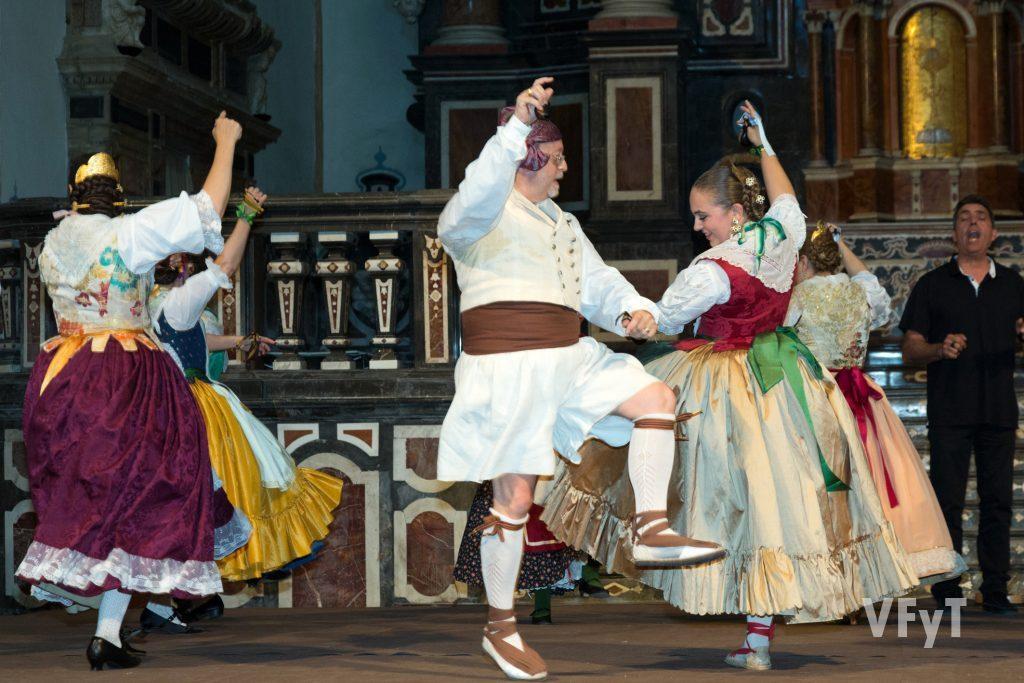 José Olmos (centro) bailando durante la actuación.