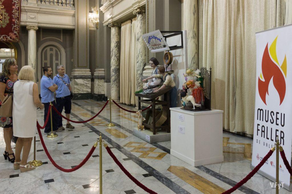 Visitantes al Ayuntamiento de Valencia admirar los Ninots Indultats.
