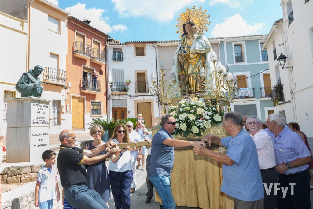 La Virgen ante la escultura de Fray Pedro Vives, autor del Catecismo Breve de la Doctrina Cristiana.