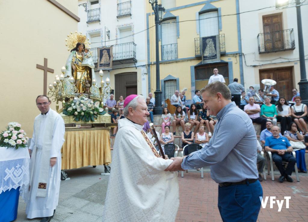 El alcalde de Castell de Castell entrega su vara de mando para la Virgen al obispo auxilia Javier Salinas.