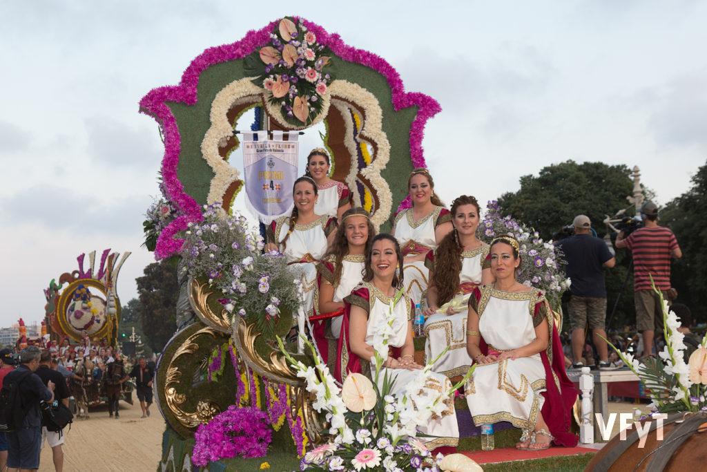 La carroza de Lo rat Penat, con Noelia Durban ('Regina dels Jocs Florals') y su 'Cort d´Amor'