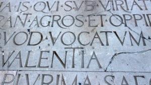 Inscripción romana en la plaza de la Virgen. Ruta 'Mitos y leyendas a la luna de Valencia'.