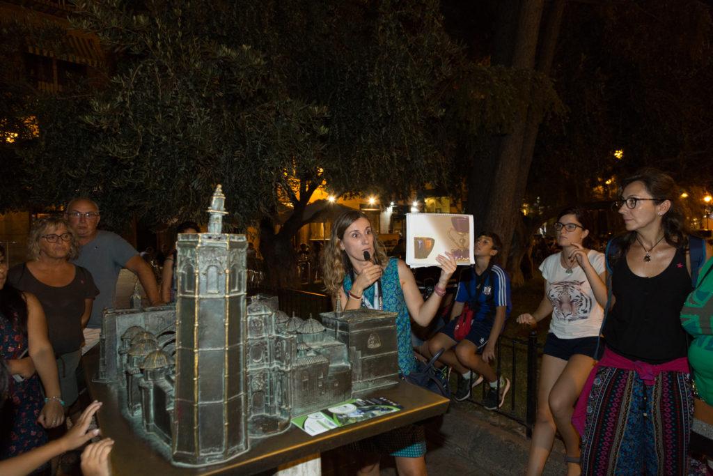 Explicando el Santo Cáliz junto a la catedral de Valencia en la ruta 'Mitos y leyendas a la luna de Valencia'.